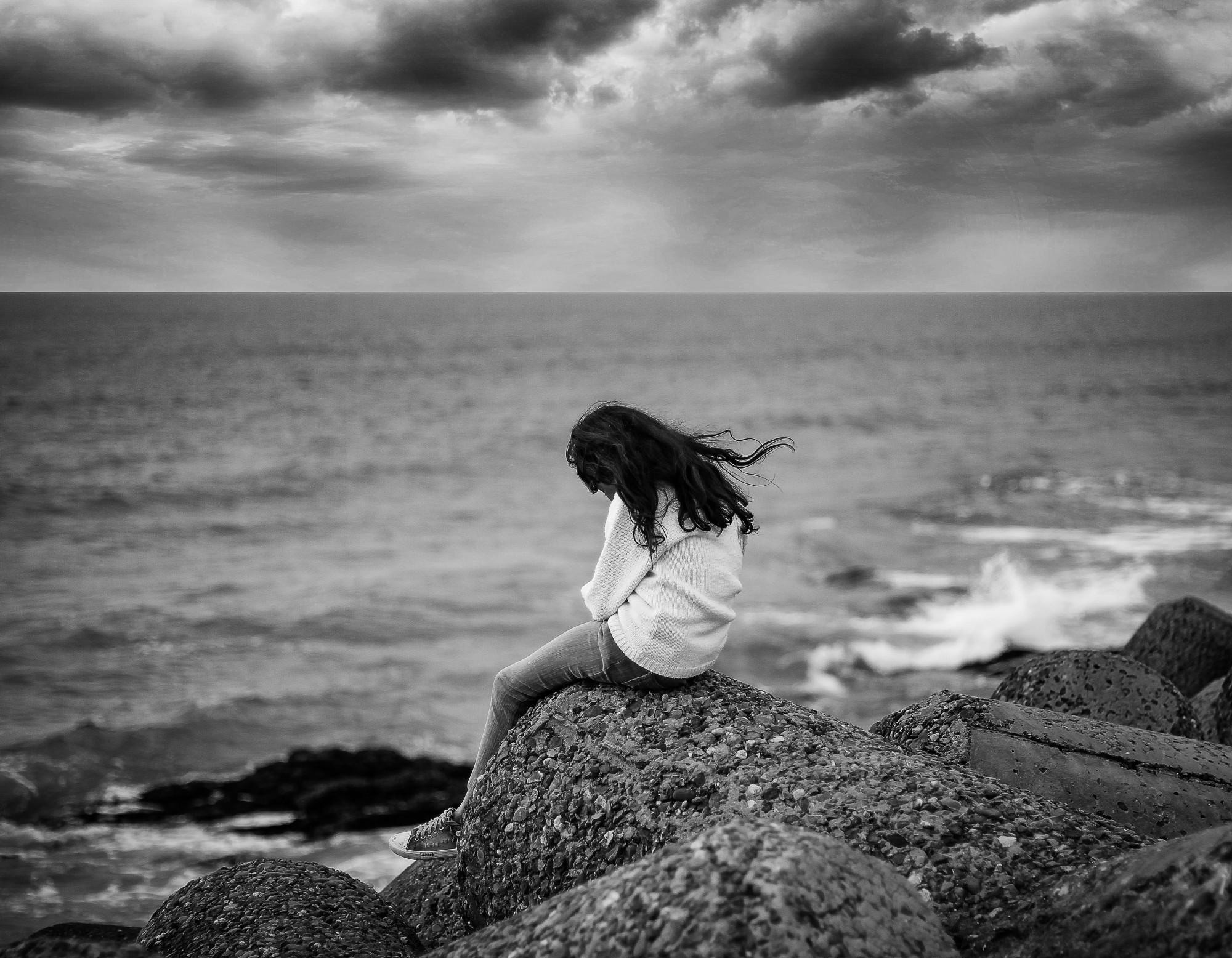 hình ảnh cô gái cô đơn